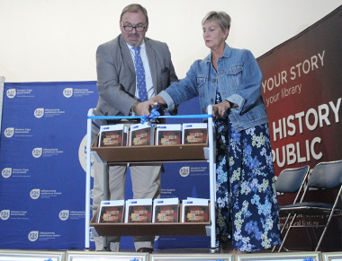 Minister Anroux Marais and Swellendam Mayor, Nicholas Myburgh, launch the Oral History Initiative on Tuesday