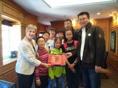 Minister Anroux Marais with the sailing team from Qingdao