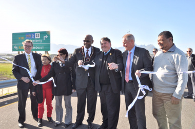 Minister Grant and Mayor Sidego officially open the R310 Vlaeberg and Lynedoch roads project, flanked by officials of the Stellenbosch Municipality and Department of Transport and Public Works.