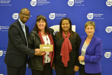 Minister Anroux Marais, Councillor Archie Klaas and representatives from the Overberg Netball Club