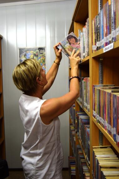 Minister Marais exploring the new Slanghoek mini library