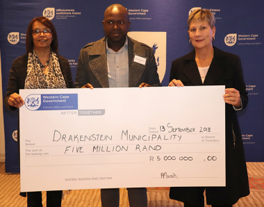 Minister Marais handing over a cheque for the Drakenstein Municipality