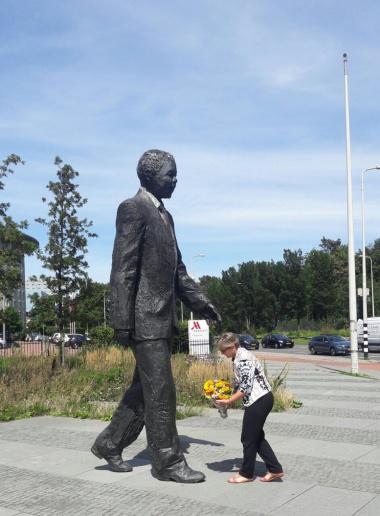 Minister Anroux Marais lays the wreath in memory of Tata Madiba in Amsterdam on International Mandela Day
