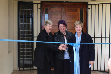 Minister Marais, Mayor Antoinette Steyn and Christine Gerber cut the ribbon, officially opening the new library