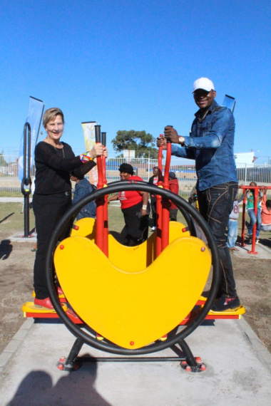 Minister Marais testing out the equipment at the new outdoor gym in Gugulethu