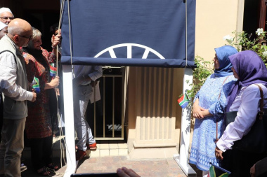 Minister Marais with Prof Mohammed Haron and his sisters in front of the Masjid in Claremont
