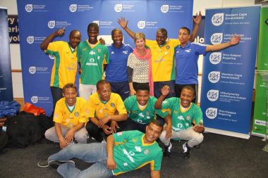 Minister Marais with the 2017 team and assistant coaches Bongani Mathiso and Dillon Fletcher in blue.