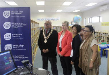 Minister Marais with the mayor of Mossel Bay Municipality, Alderman Harry Levendal and the staff of Herbertsdale library.