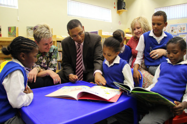 Minister Meyer with learners of Vergesig Primary School and library staff members.
