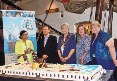 Ms Sugie Harijadi (Indonesia Consul General), Mr Jorge Fouseca (Portugal Consul General), Executive Mayor Marie Ferreira (Mossel Bay Municipality), Ms Marcia Holm (Mossel Bay Tourism) and Ms Hannetjie du Preez (DCAS) at the cake.