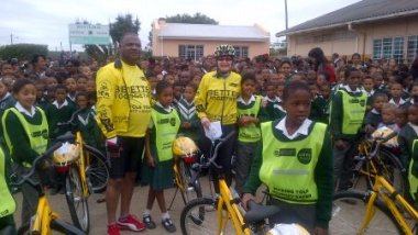 Minister Dan Plato and Premier Helen Zille hand over bicycles at Bontebok Primary School