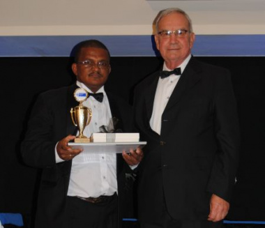 Minister van Rensburg, Western Cape Minister of Agriculture and Rural Development with the Breeders Club Groom of the Year, Petrus Volmink.