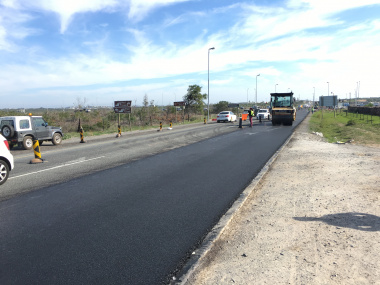 Road users being accommodated while the asphalt overlay is being placed on the M19.