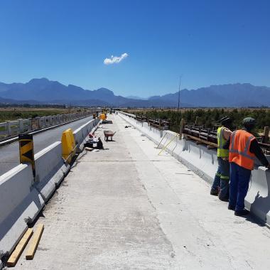 Roadworks on the Breede River Bridge under way.