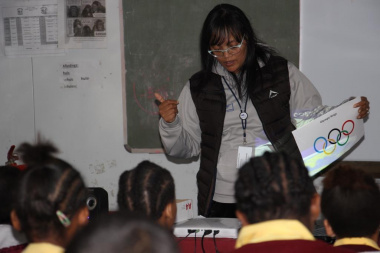 Ronel Jonathan, DCAS West Coast, explains the symbolism of the Olympic Rings to the learners