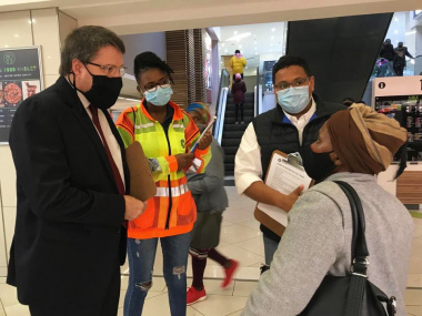 Minister David Maynier visit vaccine registration initiative with City of Cape Town and Shoprite