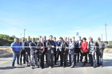 Minister Grant, Executive Mayor of the Hessequa Municipality, Mr Grant Riddles, with officials from the Hessequa Municipality, the Department of Transport and Public Works, and the project team during the ribbon-cutting ceremony.
