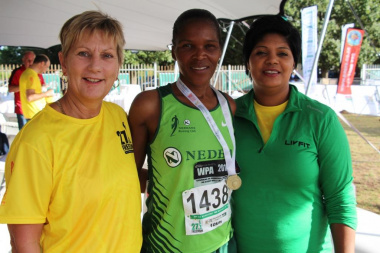 The Minister with 10 km winner Nomvuyisi Seti and Councillor Lauricia Van Niekerk