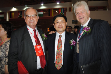 Western Cape Minister of Agriculture and Rural Development, Gerrit Van Rensburg; Yantai mayor, Wang Liang; Western Cape Minister of Economic Development and Tourism, Alan Winde.