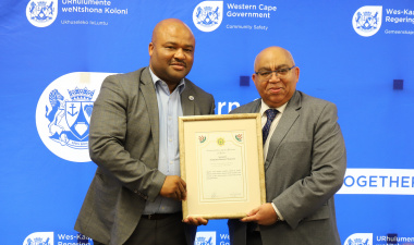 Warrant Officer Ntsikelelo Makatesi with Minister Albert Fritz.