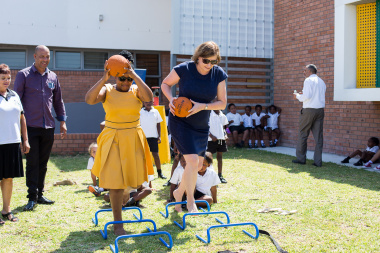 Western Cape Minister of Education, Debbie Schäfer and Western Cape Minister of Health, Nomafrench Mbombo showing learners at Heideveld Primary how to keep active, during a health visit which formed part of an event celebrating partnerships.