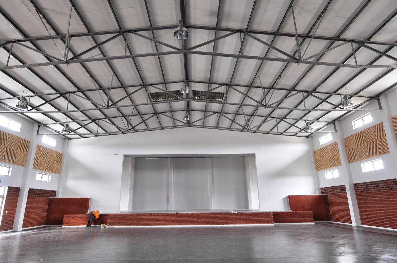The roof of the hall rests on structural steel supports.